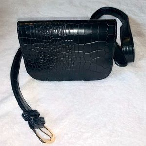 Faux leather Fanny pack w/belt!
